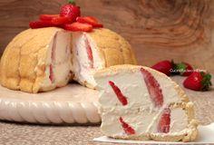 Lo Zuccotto alle Fragole è un dolce fresco facile e velocissimo da preparare, realizzato con Pavesini, mascarpone, panna e tante fragole, è troppo goloso!!!