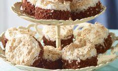 Blechkuchen mit Kokoshaube Rezepte: Blechkuchen mit Kokos-Makronenmasse - Eines von 2000 köstlichen und gelingsicheren Rezepten von Dr. Oetker! Krispie Treats, Rice Krispies, Cake Cookies, Muffins, Sweets, Desserts, Food, Cakes, Drinks