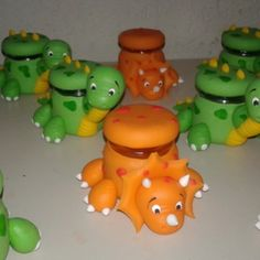 Potinho dinossauros Polymer Project, Polymer Clay Crafts, Clay Jar, Baby Kit, Kids Learning Activities, Clay Animals, Cup Design, Dinosaur Party, Clay Wall Art