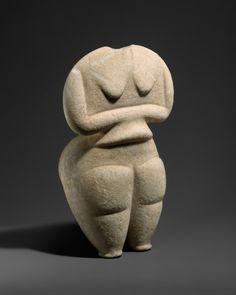 Artista desconocido (Neolítico Final), figura femenina de mármol, c.  4500-4000 antes de Cristo.