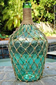 Cosas Bonitas: Damajuana - Muero de amor por la deco Wine Bottle Crafts, Jar Crafts, Bottle Art, Diy And Crafts, Arts And Crafts, Wine Bottles, Ocean Bottle, Plate Crafts, Plastic Bottles