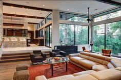O que seria uma sala apenas elegante toma um ar mais feminino com a adição dos belos puffs estampados. E esse sofá parece uma delícia!