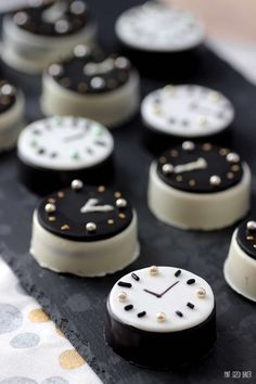 Don't let time run out! These fun chocolate covered Oreo Cookie Clocks are perfect for your New Years Party!