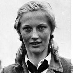 """Часто это фото подписывают просто """"Неизвестная из Союза Немецких Девушек"""". Ее имя Ильзе Хирш. Она стала одним из самых известных членов организации """"Вервольф"""". Хирш обучалась в гитлеровском молодежном центре, известном как BDM. В возрасте 16 лет она стала одним из его главных организаторов в городе Моншау и после тренировки в замке Хулчрат, она принимала участие в убийстве сторонника американцев Франца Опенхофа (Franz Oppenhoff), назначенного бургомистром города Аахена, который был первым…"""