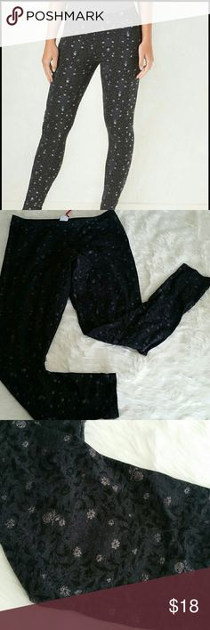 "LC Lauren Conrad Disney Snow White leggings NWT New with tags Disney collection Snow White and the Seven Dwarfs dark charcoal gray leggings with black and sliver glitter floral and apple details. 57% cotton, 38% polyester 5% spandex Inseam 28.5"" Length 37"" LC Lauren Conrad Pants Leggings"