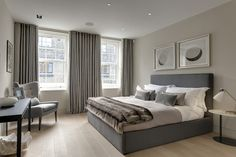 Das Hauptschlafzimmer verfügt über eine gedämpfte Farbpalette, ähnlich wie die elegante Töne im Rest des Hauses gesehen. Mit ein paar mehr standard geformte Windows ist dieser Bereich die meisten traditionell gebauten in der Heimat.