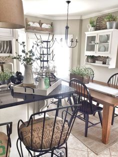 Get the modern farmhouse dining room decor ideas from the table, lighting, chairs, and more. Make the moment memorable meal with your family and remembered. Kitchen Dinning, Farmhouse Style Kitchen, Kitchen Redo, Rustic Kitchen, Country Kitchen, New Kitchen, Kitchen Remodel, Kitchen Design, Country Farmhouse