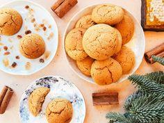 A puszedli legalább olyan népszerű téli süti, mint a mézeskalács. Sőt, éppenséggel kicsit még egyszerűbb is elkészíteni, hiszen nem kell szaggatgatni és díszítgetni sem. Felejtsétek el a bolti verziókat, hiszen itt van egy szuper mézes puszedli recept, ami azon felül, hogy sokáig eltartható, még tökéletesen puha is marad! :) Eggs, Sweets, Cookies, Breakfast, Cake, Food, Honey Dessert, Seasons, Winter