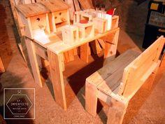 Porta royos, servilleteros sobremesa preparados para probeta con sal y pimienta, mesa y banco palets