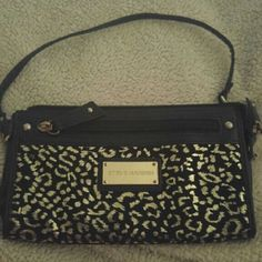 Beautiful Steve Madden Wristlet Perfect accent to any outfit. Like New gold and black leopard print on the outside with a sexy hot pink interior. Front and back pockets that offer ample space for all your necessities! Steve Madden Bags Clutches & Wristlets