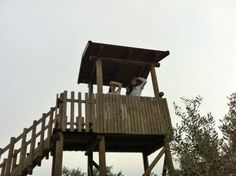 Take the telescope and go to the watch tower! Hotel Guest, Wooden House, Telescope, Activities For Kids, Tourism, Tower, Watch, House Styles, Photos