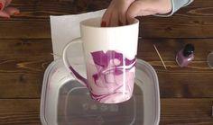 Este asombroso truco te enseñará a crear un diseño divertido a tus tazas en 1 minuto Pots, Dyi, Uñas Diy, Inventions, Fun Crafts, Decoupage, Craft Projects, Crafty, Tableware