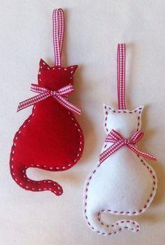Chats de Kitty sont faites de laine feutre, découpé et cousu à la main et rempli de rembourrage polyester.  Les accrocher sur votre arbre de Noël ou le transformer en un régal de baptême.  Il mesure environ 13 x 7,5 cm.(5.1X2.9in)  Ensemble standard comprend des chats kitty rouge et Ivoire.  Dispositions spéciales peuvent être prises pour sadapter à vos préférences de couleur  Je suis toujours heureux de vous aider !  S'il vous plaît noter que cet article est conçu comme une décoration, pas…