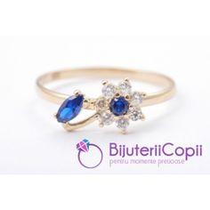 Un inel cu o floare delicata pentrru o manuta la fel de delicata, dir galben de 14K.  Bijuteriile noastre sunt marcate de catre ANPC (Autoritatea pentru Protectia Consumatorului) si vin insotite de certificare de garantie ce atesta puritatea aurului.  Livrarea se face prin curier si in plicuri antisoc.  Piatra: zirconia; Culoare piatra: alba si culoarea safirului. Diametru inel: 4mm. Culoare aur: galben. http://www.bijuteriicopii.ro/inel-copii-floare-albastru