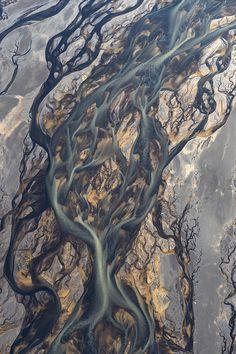 俄罗斯摄影师AndreErmolaev在冰岛上空拍摄的火山地区河流