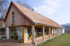Autori z Atelieru 11 (Martin Mihály a Matej Mihalič) mali jasnú víziu – cieľom rekonštrukcie bolo priniesť novým majiteľom komfortné bývanie a zároveň zachovať pôvodné vidiecke rysy objektu s ohľadom na prostredie, v ktorom sa nachádza.