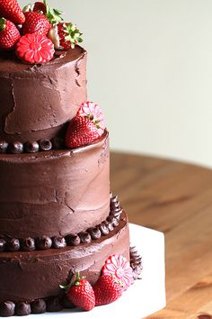 Wedding Cakes I am going to have a chocolate wedding cake.no matter what my man says :) - Strawberry Wedding Cakes, Wedding Strawberries, Fruit Wedding Cake, Wedding Cake Flavors, Wedding Cake Rustic, Cool Wedding Cakes, Wedding Cake Designs, Chocolate Strawberries, Raspberries