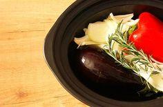 Cómo hacer escalivada en Crock Pot o slow cooker. Receta paso a paso. Descubre esta y otras recetas de ensaladas y verduras en olla de cocción lenta.