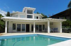 ☼ Privilégio e Exclusividade ☼ Na Praia Grande em Ilhabela, Mansão de costeira altíssimo padrão com 9 quartos e 5 suítes, sendo uma master com hidro e closet. Todas as suítes com vista para o mar, sala de estar, jantar, sala de tv, lavabo.   Casa com 500m² com acabamento de primeiríssima qualidade, piso porcelanato. A piscina e deck com vista para o mar e maravilhoso jardim gramado sobre a costeira. É o privilégio de morar no paraíso que você deseja! À Vista R$ 4.000.000,00