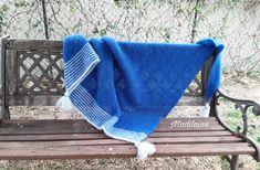 A châle tricoté main en laine mohair et soie, bleu intense et bleu pastel, pour s'envelloper de douceur Bleu Pastel, Pull, Creations, Blanket, Mohair Yarn, Silk, Gentleness, Hands, Tricot