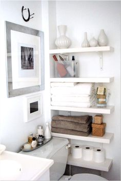 Keep clutter at bay with these smart small space storage tips for your bathroom #smallbathroom #bathroomstorage #bathroomideas