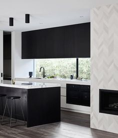Proof That A Monochrome Kitchen Space Never Fails To Please 64 - athomebyte Fat Chef Kitchen Decor, Kitchen Styling, Kitchen Ideas, Black Kitchens, Cool Kitchens, Informations Design, Kitchen Window Coverings, Monochrome Interior, Trends