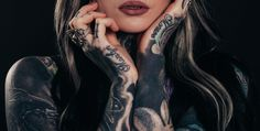 Nowadays, many people do tattoos for fashion. They don't think twice before getting it and regret their decision soon after. Same mistake can be made with tattoo removal. Here's how to choose the right clinic for tattoo removal. Tatoo Art, Tattoo Foto, Get A Tattoo, Tattoo Ink, Nana Tattoo, Laser Tattoo, Tattoo Girls, Tattoo Shop, Symbolic Tattoos