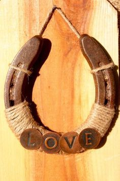 Recycled Horseshoe - Jute string and any accessory added make a very rustic ornament! Kammie has a horseshoe. Horseshoe Projects, Horseshoe Crafts, Horseshoe Art, Horseshoe Ideas, Horseshoe Wreath, Lucky Horseshoe, Diy Projects To Try, Craft Projects, Craft Ideas