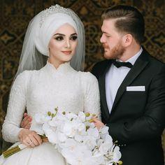 Görüntünün olası içeriği: 2 kişi, düğün – T-Shirts & Sweaters Muslimah Wedding Dress, Muslim Wedding Dresses, Muslim Brides, Bridal Dresses, Muslim Couples, Bridesmaid Dresses, Wedding Poses, Wedding Couples, Couple Hijab