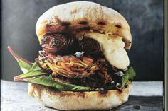 Maak nu zelf als een echte groenteburger-expert deze gedraaide vega burger van courgette en zoete aardappel metchipotlemayonaise!