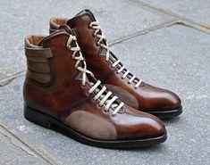 Souliers Bachmann 1 personnalisés, fabriqués en France et patinés à la main. La bottine Bachmann est à la croisée des chemins de plusieurs inspirations. L'univers automobile rétro évidemment, puisqu'elle a été développée pour la maison Bachmann, qui porte le nom du grand coureur automobile éponyme. L'univers du patinage artistique des années 1930, et des chaussures de boxe des années 1920 finissent de composer l'héritage de ce modèle inimitable, devenu un classique de la maison…