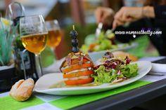 No es un paso de #SemanaGrande de #Donostia #SanSebastian. Es la ensalada #Capresse del www.vamosalbully.com Una delicia para este festivo domingo. Vienes?