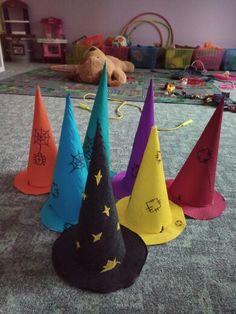 Čarodějnické klobouky z krepáku.