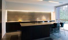 Kitchen by Belgian interior architects Aerts+Blower. Kitchen Flooring, Kitchen Dining, Kitchen Decor, Interior Architects, Contemporary Kitchen Design, Splashback, Beautiful Kitchens, Kitchen Interior, Kitchen Remodel