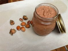 Du liebst Nutella? Wie wär's denn einmal mit Nutella selber machen? Ein einfaches und schnelles Rezept für den schokoladigen Brotaufstrich findet ihr hier.