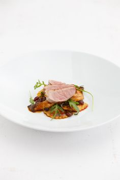 Duck breast with ravioli, arugula, herb strings and berry jus - Duck breast can be combined very well with pasta and a sauce. Together, pasta and poultry make a no - Duck Recipes, Gourmet Recipes, Dinner Recipes, Sicilian Recipes, Greek Recipes, Healthy Summer Recipes, Sustainable Food, Mediterranean Dishes, Dinner Menu