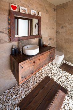 #10 tips voor het inrichten van een Aziatische badkamer   kiezelstenen   bruin   hout - Makeover.nl