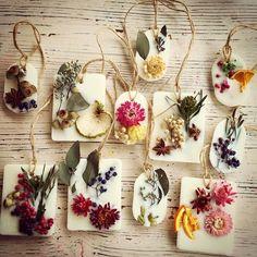 手作り可愛いプチギフト♡アロマワックスバーをDIYしたい*にて紹介している画像 Home Crafts, Diy And Crafts, Wax Tablet, Diy Trend, Pressed Flower Art, Diy Candles, Flower Frame, Handmade Soaps, Candle Making