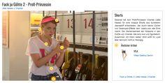 Diesmal hat sich Proll-Prinzessin Chantal (Jella Haase) für eine knappe Shorts aus dunklerem Jeansstoff entschieden, der durch kleine Löcher und Destroyed-Effekte dem Used-Look alle Ehre macht. Die Gemeinsamkeit der Hotpants in den Outfits von Chantal: Alle sind kurz und figurbetont. Zusammen mit ihrem weiten Shirt wirkt ihr Look aber dennoch nicht zu freizügig.