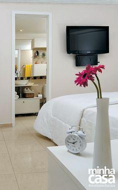 Minha Casa 3 h · Editado ·     As paredes receberam um tom offwhite (Leite com Café, ref. D010, da Suvinil), o mesmo aplicado no home office.  Projeto da designer de interiores Gabriela Alencar