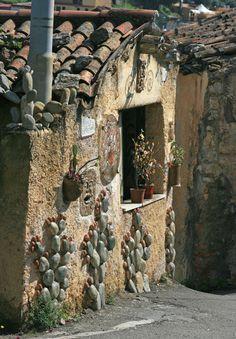 Künstler-Haus mit Kakteen aus Stein als Wanddeko, Taormina - http://www.claudoscope.eu/kunst-steine-taormina/