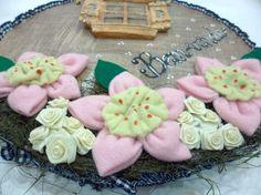 Placa bem-vindo com flores em feltro e peça em madeira