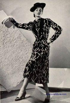 Chanel, 1939. 1930s Fashion, Chanel Fashion, Retro Fashion, Vintage Fashion, Coco Chanel Historia, Channel Dress, Chanel Vintage, 20th Century Fashion, Pantalon Large
