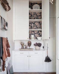〚 Creative atmosphere and golden bathtub: family apartment in Sweden 〛 ◾ Photos ◾Ideas◾ Design Boho Kitchen, Home Decor Kitchen, Home Kitchens, Bookcase Stairs, Country Look, Best Interior, Interior Design, Scandinavian Wallpaper, Swedish Interiors