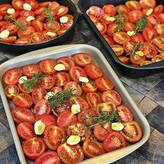 """Receitas Veganas Simples on Instagram: """"🍎Ajude-nos a continuar postando receitas para vocês. Siga nosso perfil @comidadevegano💚 . . Tomates Confit 🍅 . 🔸600g de tomatinhos maduros;…"""" Fresco, Kung Pao Chicken, Chicken Wings, Sausage, Meat, Vegetables, Instagram, Ethnic Recipes, Cloves Of Garlic"""