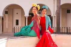 📸🌸Colección Flamenca 2018   Claveles   Blanco Azahar    El clavel se ha convertido en una de las flores más solicitadas como complemento de flamenca. ¡¡Tendencia para este año!!La colocación es diferente. Fijaros en la foto de la modelo. Los claveles no llegan ser una a ser una tiara. Centramos dos claveles más en el centro y otros dos justo detrás. ¡¡NOS ENCANTA EL RESULTADO!! ¿Qué os parece? ❤️Colaboradores: 🔹#Maquillaje: @elisabeth_llorca_cosmetics 🔹#Peluquería… Moda Floral, Sari, Dresses, Fashion, Templates, Hydrangea Corsage, Carnations, New Trends, Flamingo
