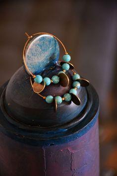 Boucles d'oreilles réalisées sur créoles laiton bronze garanti sans nickel. Perles howlite turquoise et médailles de 10mm  Diamètre : 40mm, longueur : 50mm, poids : 5gr  Bijou livré en pochette coton.