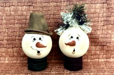 sandy Holman snowman light bulbs (Who knew so many ideas for light bulbs!) For these guys, stocking cap or slide on black rim and paint screw end black for top hat. Light Bulb Art, Light Bulb Crafts, Painted Light Bulbs, Snowman Crafts, Christmas Projects, Holiday Crafts, Holiday Ideas, Christmas Light Bulbs, Christmas Lights