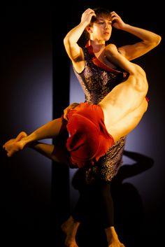 4D: Im Werk Sidi Larbi Cherkaouis spielen Duette eine wichtige Rolle. 4D ist eine Folge von vier seiner besten Duette. Diese vier Duette zeigen die Vielseitigkeit und den innovativen Charakter von Cherkaouis Werk, der zurzeit als einer der inspiriertesten zeitgenössischen Choreographen weltweit gilt. © Koen Broos/ Hugo Glendinning/ FRANSBROOD PRODUCTIONS