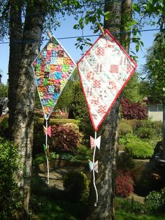 Cool quilt kites. Moda Bake Shop has the tutorial. This would look so cute hanging in my craft room.